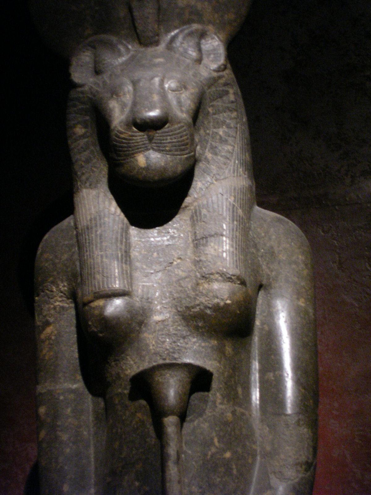 Ridimensionata [statua di dea con la faccia di tigre. - 341kb